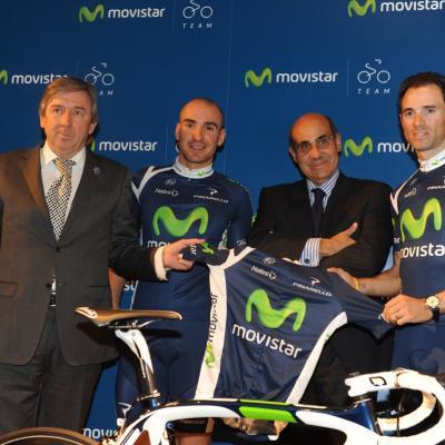 04ENERO2012Izq. a dcha. Eusebio Unzué, Juanjo Cobo, Luis Abril (telefónica) y Valverde en la presentación de los dos ciclistas con el Movistar y con el nuevo maillot de la temporada 2012. Foto: Movistar.
