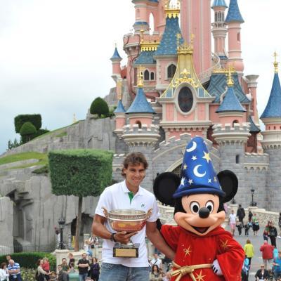06JUNIO2011 En Disneyland Paris posando con MIckey y su trofeo. Foto: Agencias.