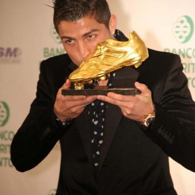 04NOVIEMBRE2011 Cristiano Ronaldo besa su segunda Bota de Oro. Foto: Agencia.