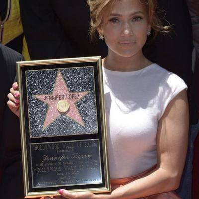 21JUNIO2013 Jennifer López con su estrella en el Paseo de la Fama de Hollywood. Foto: Agencia.