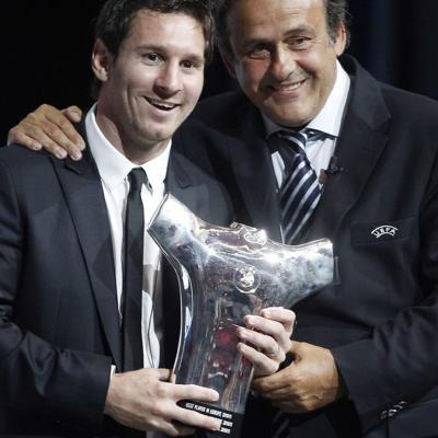 25AGOSTO2011 Messi recibió el trofeo como mejor jugador de la UEFA de 2010.Foto: Agencias.