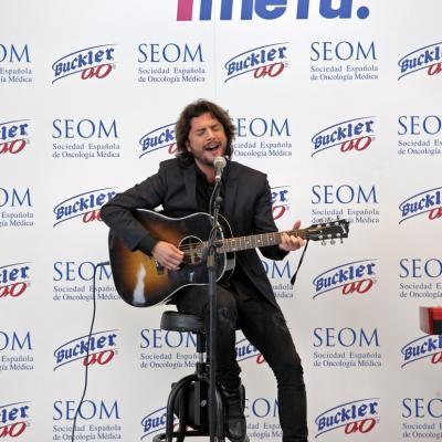 """08NOVIEMBRE2012 Manuel Carrasco presentó la canción """"Mujer de las Mil batallas""""."""