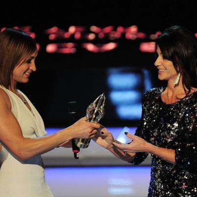 11MARZO2013 Premios Laureus al Deporte, en Río de Janeiro. Comaneci entrega el galardon a Jessica Ennis.  Foto: Getty Images