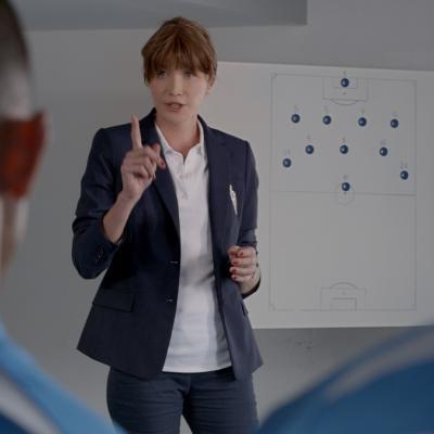 10SEPTIEMBRE2015 Carla Bruni Comienza una Nueva Carrera Como Entrenadora de Fútbol en una Original Campaña de Marketing de Ford en Francia.