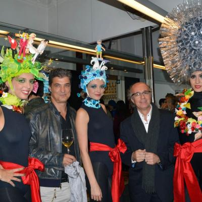 06NOVIEMBRE2012 El peluquero Marcel celebró sus 50 años con las tijeras en la mano.Carles Abellán (i) y Javier de las Muelas (d).  Foto: Manel Martin.