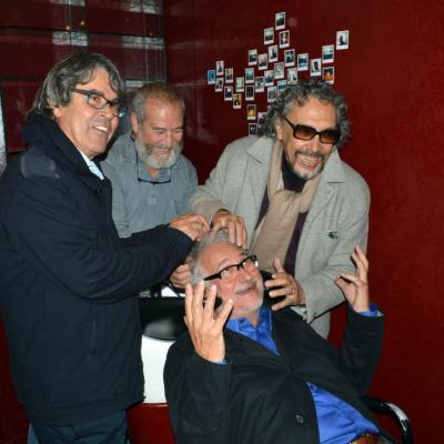 06NOVIEMBRE2012 El peluquero Marcel celebró sus 50 años con las tijeras en la mano.Izq. a dcha. Cebado, Balaguer y Llongueras.  Foto: Manel Martin.