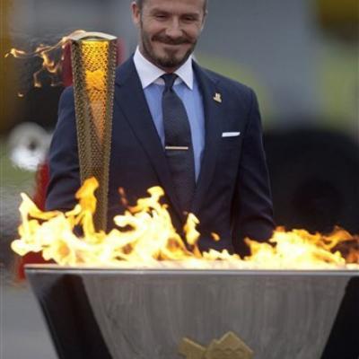 21MAYO2012 La antorcha olímpica llevaba tres días en el Reino Unido, cuando se ha apagado, David Beckham tuvo el honor de recogerla. Foto: Agencia.