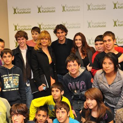 14DICIEMBRE2011Rafa Nadal, Nastassja Kinski, Paz Vega y Freddie Higmore, rodeados de los chicos del centro de Aldeas Infantiles SOS en Sant Adrià. Foto: Orbyce.