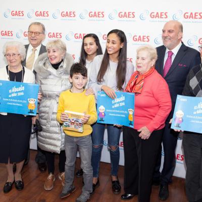 DICIEMBRE2016 GAES premia a la abuela del año.