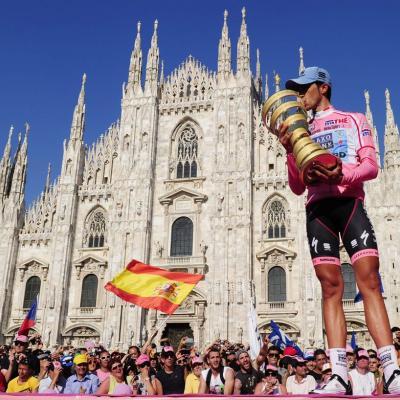 29MAYO2011 Alberto Contador con el trofeo, delante del Duomo de Milán, del Giro de Italia. Foto: Agencias.