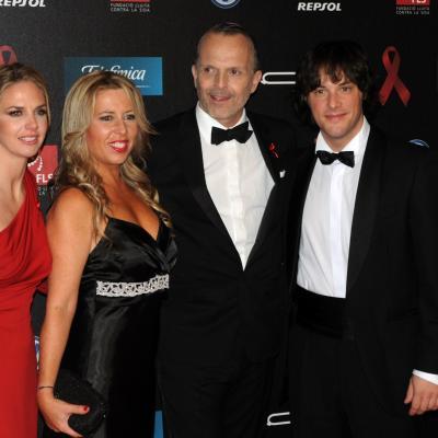 25NOVIEMBRE2013 Cuarto año en Barcelona de la Gala del Sida. Genoveva Casanova, Miguel Bosé y Jordi Crus con su esposa. Foto: Montse Carreño.