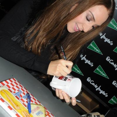 "14DICIEMBRE2013 Firma de libros de Mónica Naranjo con ""Come y calla"" en Barcelona. Foto: Montse Carreño."