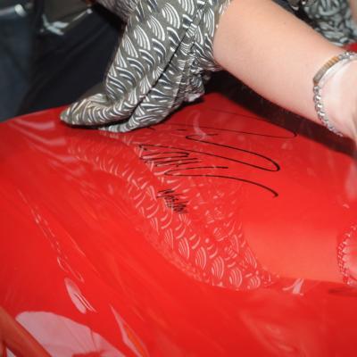 19MAYO2011 Inauguración de la primera Ferrari Store de España, concretamente en Barcelona, con la presencia de Fernando Alonso, Felipe Massa y Marc Gené. Firma Massa. Foto: Montse Carreño.