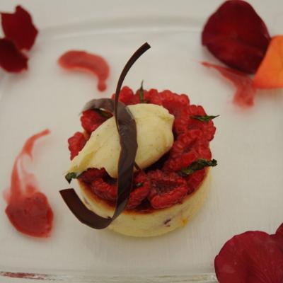 06MAYO2012 Demostración Gastronómica coincidiendo con l concurso de Rosas Nuevas, en el Parque Cervantes. Pastel de queso con mermelada de rosas y frambuesas con helado de vainilla. Foto: Montse Carreño.