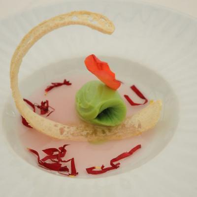 06MAYO2012 Demostración Gastronómica coincidiendo con l concurso de Rosas Nuevas, en el Parque Cervantes. Sopa de rosa con cremosos de pistacho y crjiente de pan.  Foto: Montse Carreño.