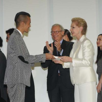 30MAYO2012 Entrega de la 4ª edición de los Mango Fashion Awards. Entrega del cheque al ganador, Wisharawish Akarasantisook. Foto: Montse Carreño.