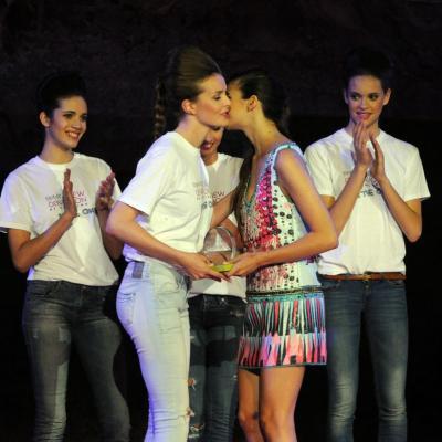 11JUNIO2013 Salerm Cosmetics New Generation by Francina ya tiene ganadores de su quinta edición. Entrega trofeo a la ganadora. Foto: Manel Marti.