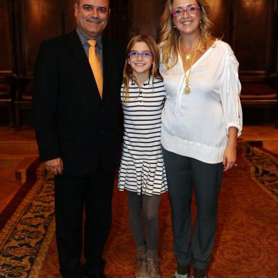 14NOVIEMBRE2013 Anna Tarrés recibe la Medalla de Oro al Mérito deportivo de Barcelona.Anna con su esposo Santiago y su hija Júlia.  Foto: Manel Martin.