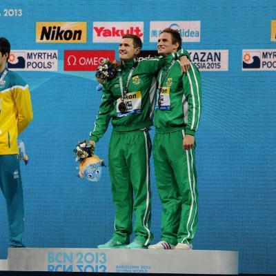 31JULIO2013 Sigue la natación en el Palau, pero el triunfo estuvo en el Moll de la Fusta, con el High Diving. Medalla a Cameron Van der Burgh, 50 m. braza oro y bronce celebrando el triunfo. Foto: Manel Martin.