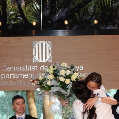 15FEBRERO2012  Rueda de prensa para anunciar su retirada definitiva de la natación sincronizada de Gemma Mengual. Recibiendo un ramo de Andrea Fuentes.sFoto: Manel Martin.