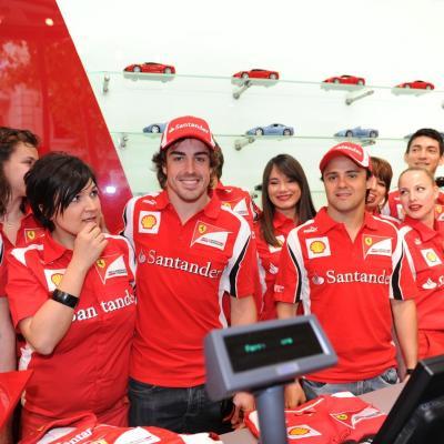19MAYO2011 Inauguración de la primera Ferrari Store de España, concretamente en Barcelona, con la presencia de Fernando Alonso, Felipe Massa y Marc Gené. Foto: Manel Martin.