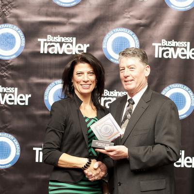 """Lisa Markovic,  Directora General para los Estados Unidos, recibiendo el galardón a la """"Mejor Clase Business"""" en nombre de Qatar Airways en los premios Business Traveler 2013."""
