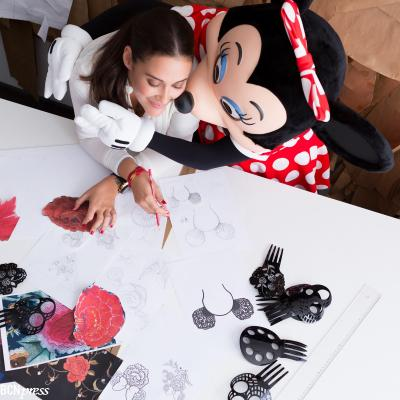 28AGOSTO2013 Vicky Martín Berrocal recibe la visita de Minnie MOUSE  en su taller en Sevilla. Foto: The Walt Disney Company.
