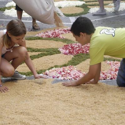 17JUNIO2012 Confección de las alfombras durante la noche anterior. Foto: Ajuntament de Sitges.