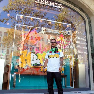 10OCTUBRE2011 El graffitero Kongo, en el escaparate de Hermès, con su creación. Foto: Mahala.