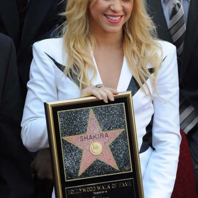 08NOVIEMBRE2011 Shakira recibió la  estrella en el paseo de la Fama de Hollywood, es la 2.454, estuvo acompañada de sus padres. Foto: Agencia.
