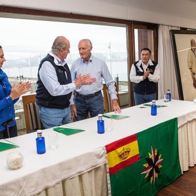 13SEPTIEMNRE2015 Cuadro del Rey Juan Carlos I entregado por el armador Josep Cusí al RCNS. Foto: María Muiña.