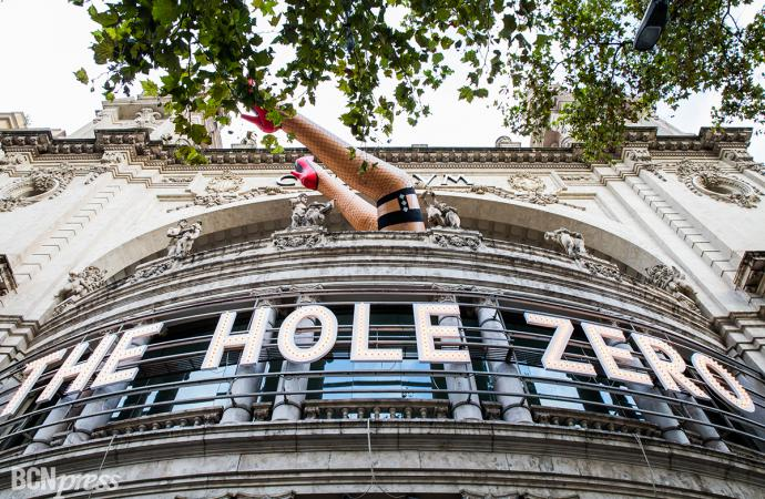 """The Hole Zero"" sale a la calle"