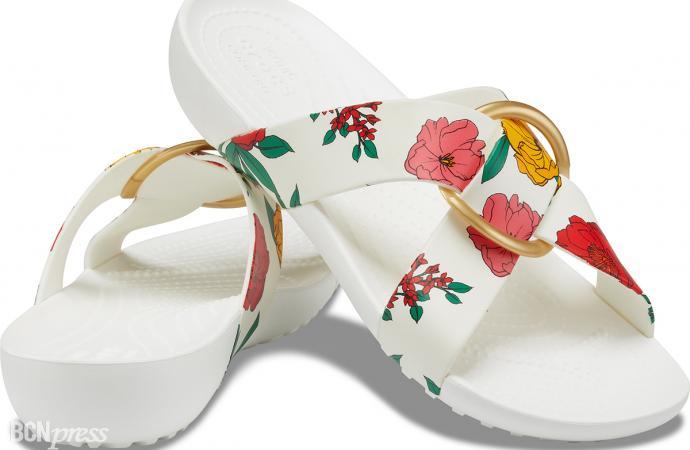 Crocs apuesta por la elegancia para sus sandalias veraniegas